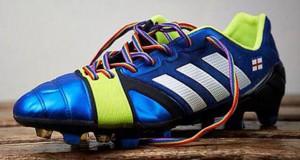 Lacci per le scarpe omaggio contro l'omofobia